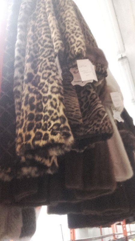 vista di alcune pellicce leopardate e altre appese