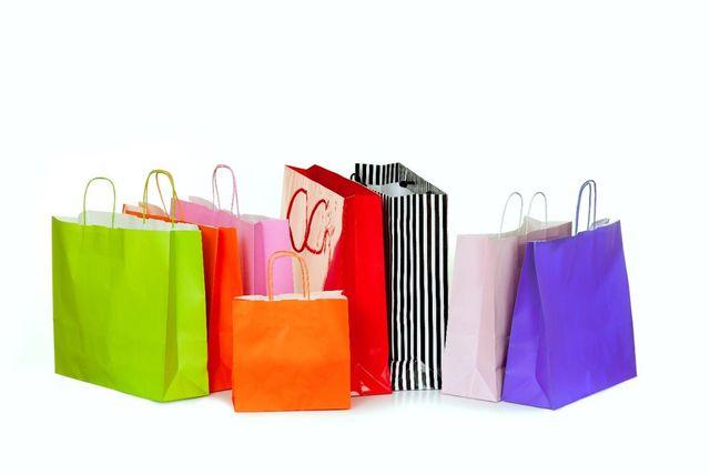 dei sacchetti di plastica colorati
