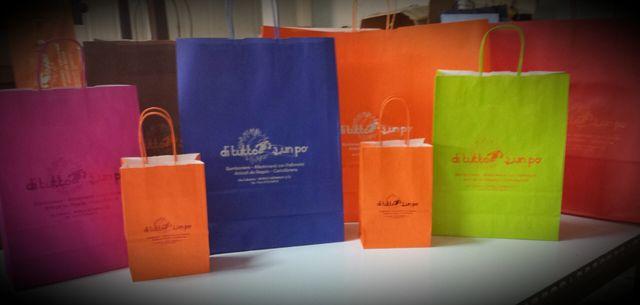 delle borse di carta colorate