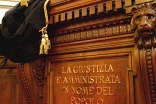 tribunale con scritta la giustizia e amministrata in nome del popolo