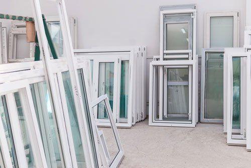 insieme di finestre bianche in esposizione