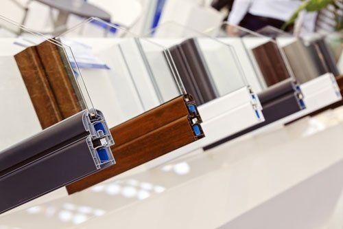 dei telai di legno e pvc di color bianco ad incastro per vetri