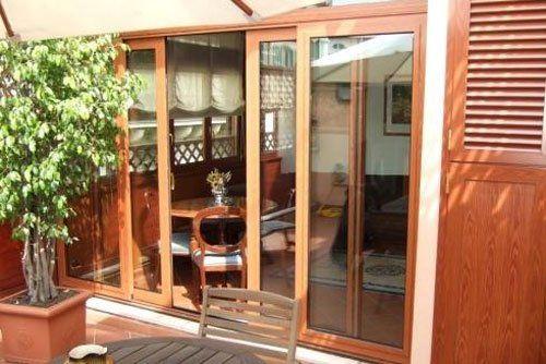 Una porta finestra in legno e vetro