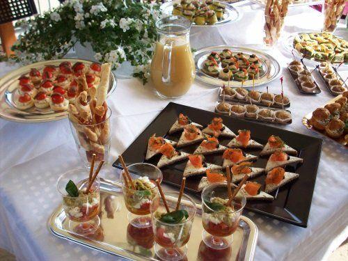 un buffet di antipasti e una caraffa con del succo
