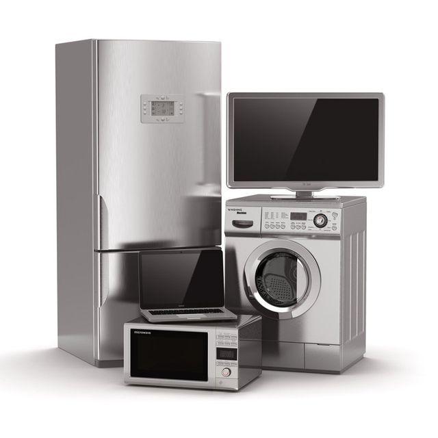 un frigorifero, un forno a microonde, un computer portatile, una lavatrice, un televisore