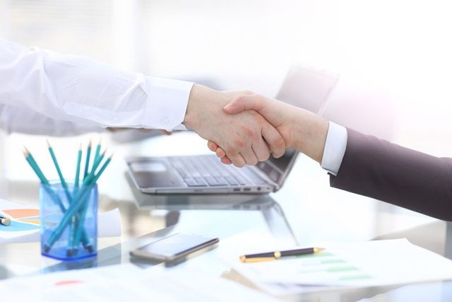 stretta di mano tra due consulenti vendita