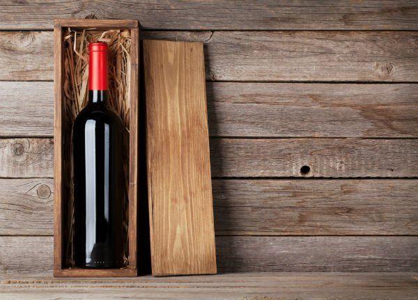 una bottiglia di vino dentro una cassa di legno