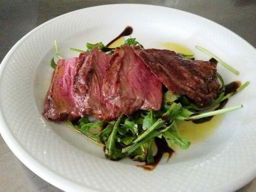 un piatto di roast beef al sangue con rucola