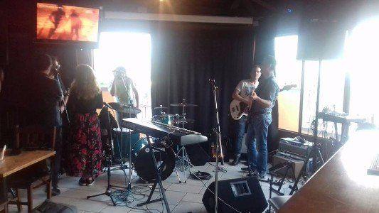 un gruppo di persone mentre suonano e cantano dal vivo