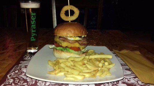 un piatto con un hamburger e delle patatine fritte