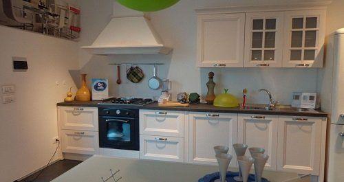 una cucina in legno di color bianco