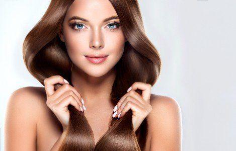 una ragazza con capelli lisci marroni