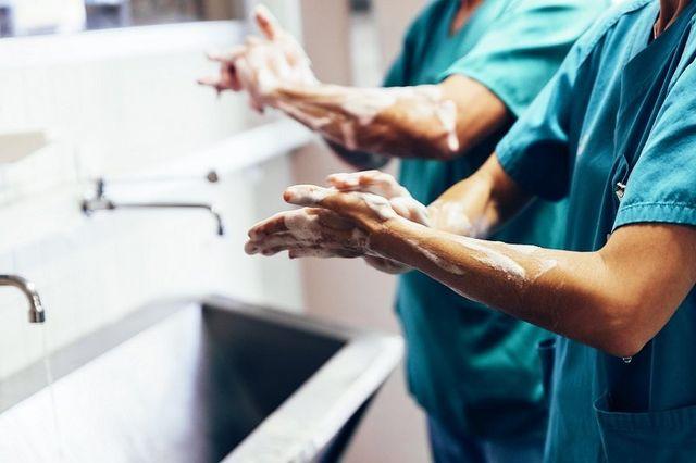 chirurghi in preparazione a operazione