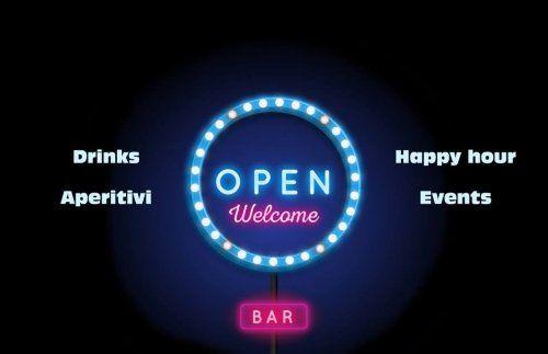 Immagine di un insegna di un bar con accanto scritto drinks, aperitivi, happy hour e events