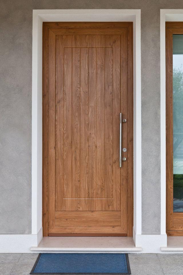 porta finestra con due poltrone