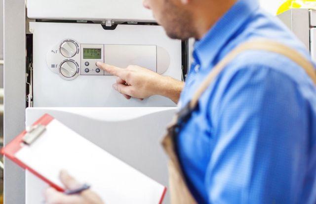 Tecnico per riparazione caldaia