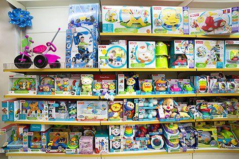 scaffali pieni di scatole di giochi per i bambini