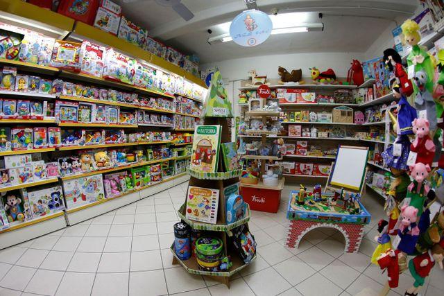 negozio di giocattoli dall'interno con i pupazzi di maiale, bianca neve e altre favole