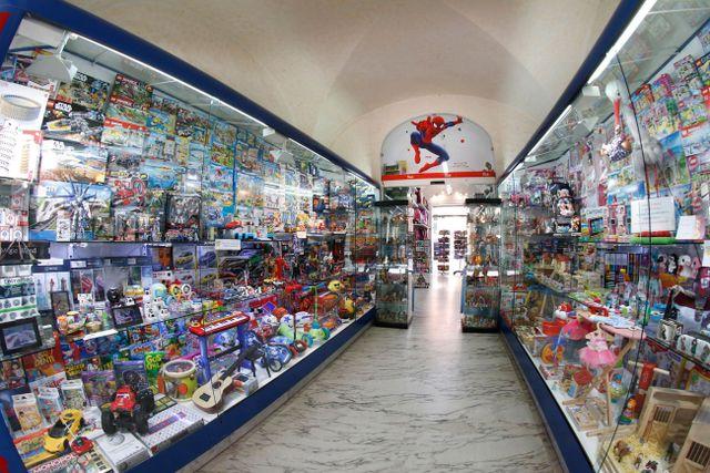 negozio di giocattoli dall'interno e lo spiderman sul soffitto