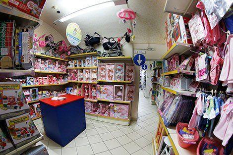 negozio di giocattoli dall'interno con le bambole e altri giocattoli rosa