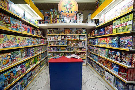 negozio di giocattoli dall'interno con gli scaffali pieni di giochi da tavolo