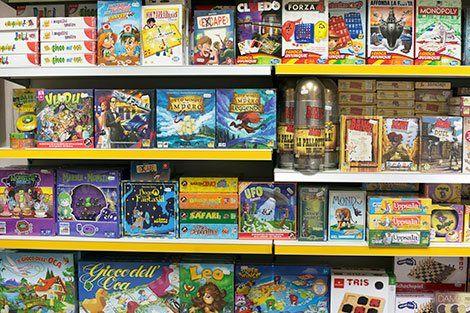 scafalli con diversi tipi di giochi da tavoli per i bambini