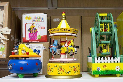 un piccolo carosello giallo, una ruota gigante verde e un altro giocattolo azzuro