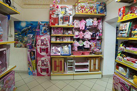 vestiti per le piccole ragazze e altri giocattoli