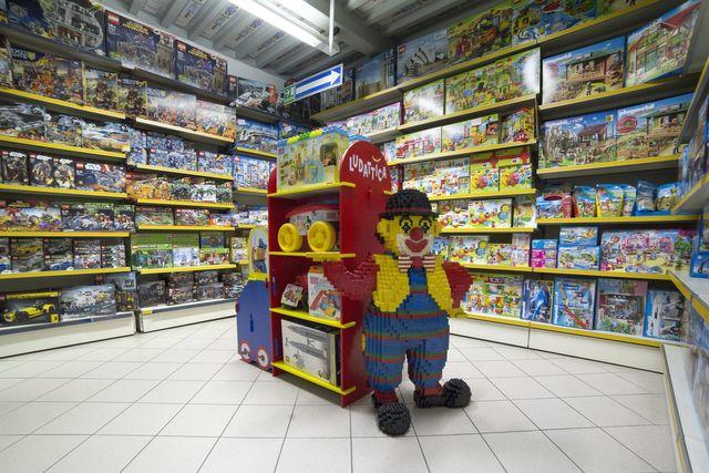 davanti a un negozio di giocattoli per i bambini