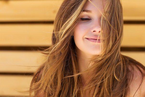bella ragazza con i capelli biondi