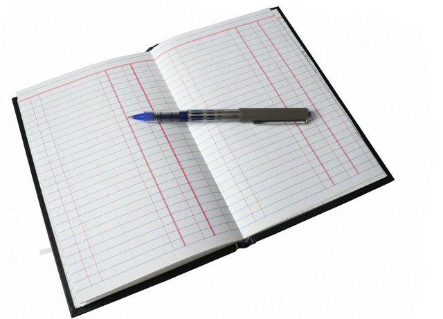 agenda aperta con biro da scrivere appoggiata sopra