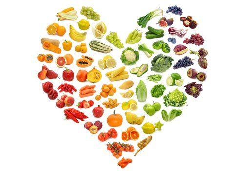 assortimento di frutta e verdure che formano un cuore