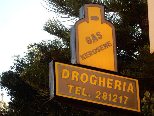 Insegna di color giallo che pubblicizza la vendita d bombole gas