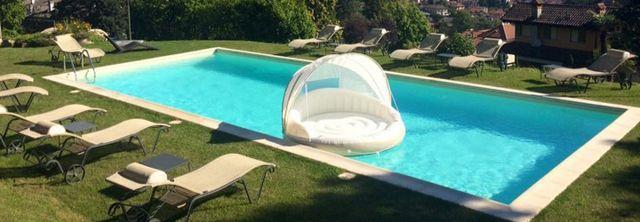 vista frontale di piscina con lettini