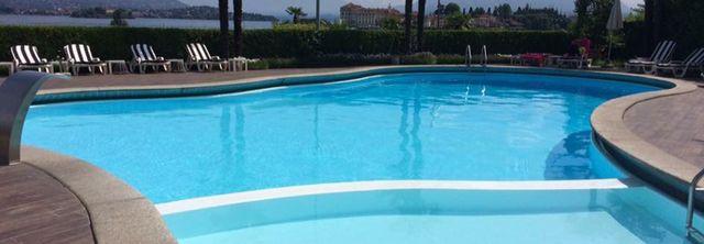 piscina con lettini
