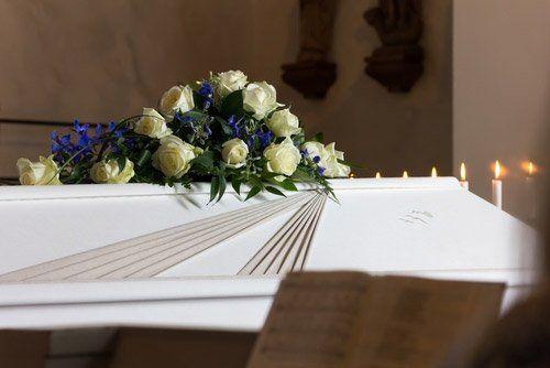 mazzo di fiori bianchi su una bara