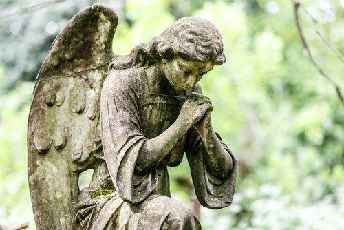 statua di un angelo che prega