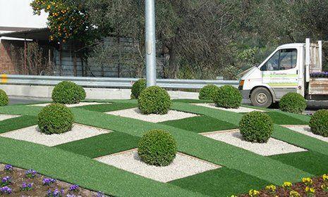 rotonda pubblica con giardino e cespugli