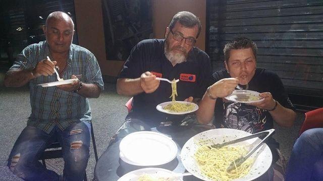clienti mangiano degli spaghetti