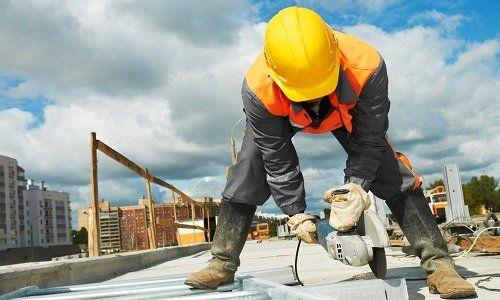 Operatore tagliando il pezzo di cemento per il suo perfetto pizzo