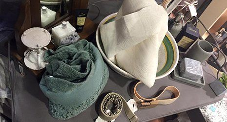 due tende, una verde e una color champagne e vicino altri oggetti