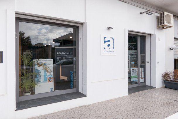 ingresso negozio di porte e finestre