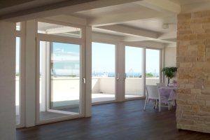 sala con vetrate sul terrazzo