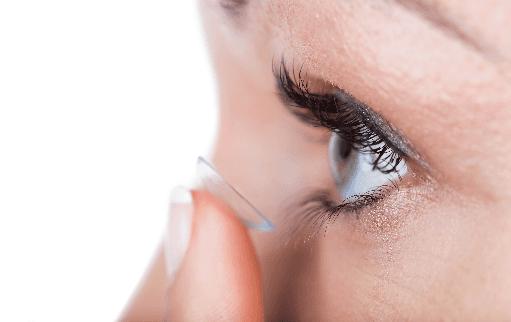 dito con lente a contatto