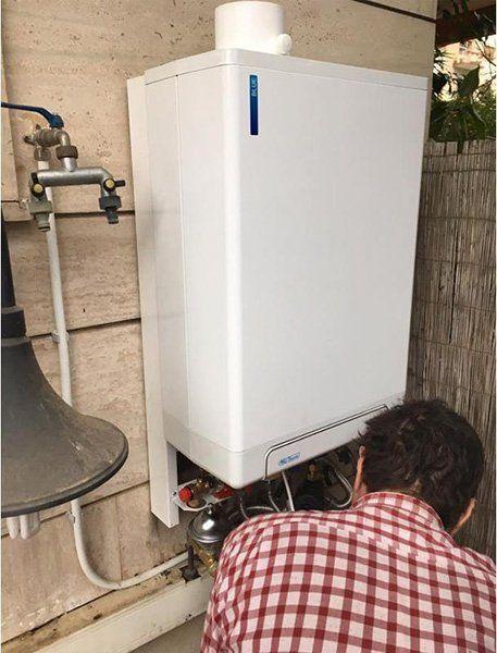 Montando la nuova caldaia di acqua calda