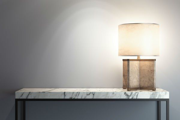 Tavola di marmo bianco venatura in nero e lampadina di marmo marrone chiaro