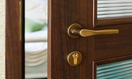 una maniglia di una porta di legno