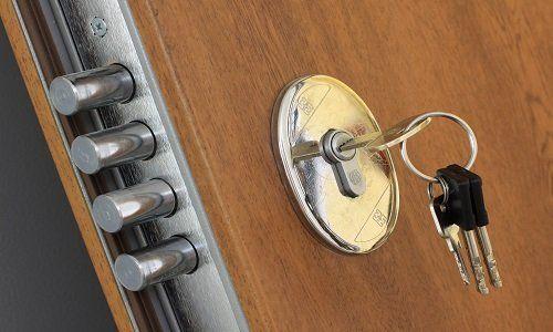 una serratura con dentro delle chiavi