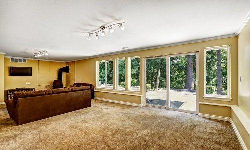 vista delle porte finestre e di un divano in una sala