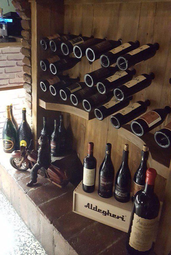 Vista della cantina con bottiglie di vino